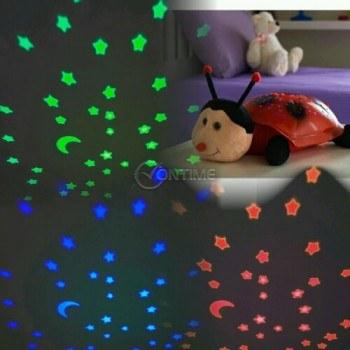 Детска лампа калинка прожектираща звездно небе