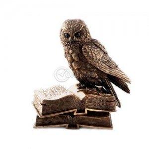 Статуетка Сова върху книги