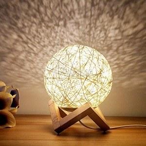 Настолна лампа от ратан с дървена основа